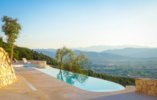 Villa with a private infinity pool in the hills of Tuscany